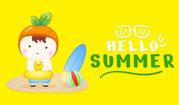 Bambino carino sulla boa di nuoto con banner di saluto estivo summer