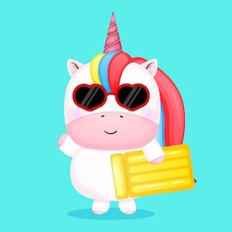 Simpatico unicorno bambino che tiene la boa di nuoto estate cartoon