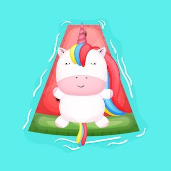 Unicorno sveglio del bambino che si trova sul fumetto della boa di nuoto dell'anguria