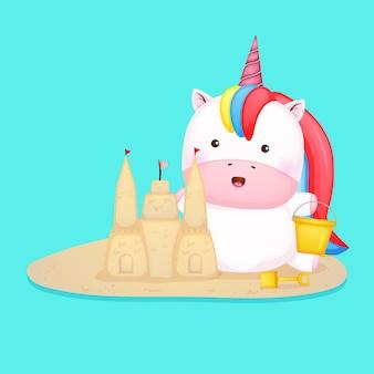 L'unicorno carino fa un castello di sabbia cartone animato estivo