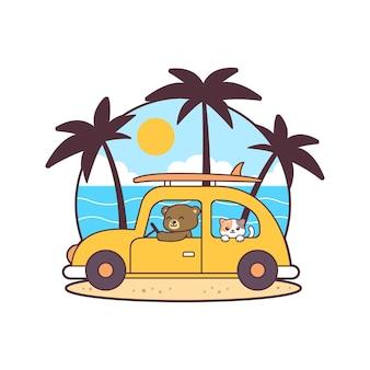 Un simpatico orso che guida un'auto in spiaggia con un gatto.