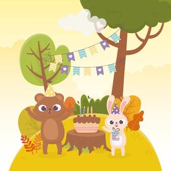 Orso e coniglio svegli con l'illustrazione di giorno felice di celebrazione degli animali della foresta della torta del regalo dei cappelli del partito