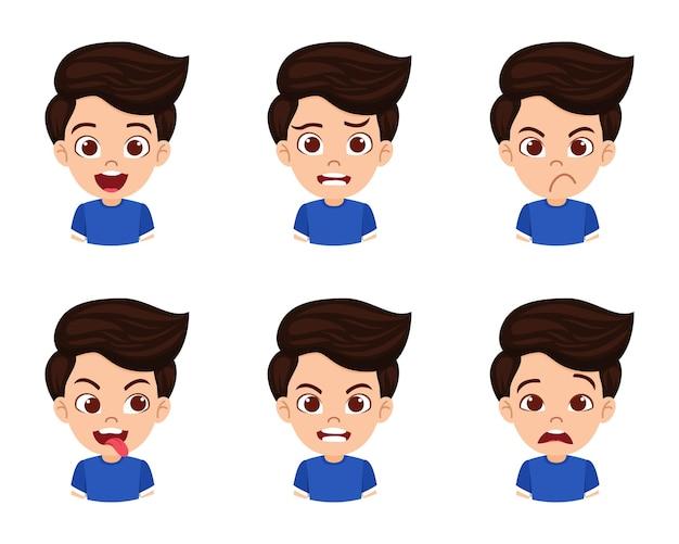 Carattere sveglio del ragazzo del bambino bello che mostra emozioni ed espressioni facciali differenti isolate con la bella maglietta
