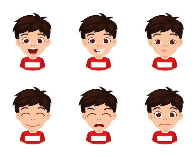 Carattere sveglio del ragazzo del bambino bello che mostra emozioni ed espressioni facciali differenti isolate con la maglietta rossa