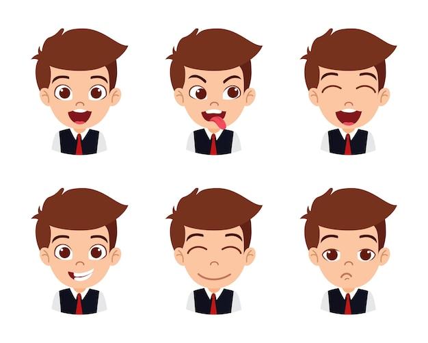 Carattere sveglio del ragazzo bello bambino che mostra emozioni e diverse espressioni facciali e indossa la camicia isolata