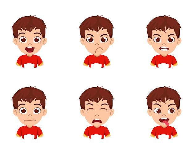Carattere sveglio del ragazzo del bambino bello che mostra emozioni e diverse espressioni facciali con la bella maglietta isolata