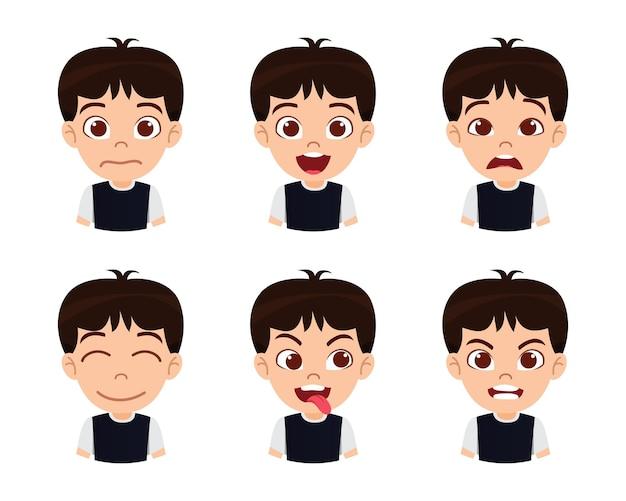 Carattere sveglio del ragazzo del bambino bello che mostra le emozioni e le diverse espressioni facciali con la maglietta nera isolata