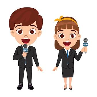 Coppia carina bella ragazzo vestito come giornalisti televisivi
