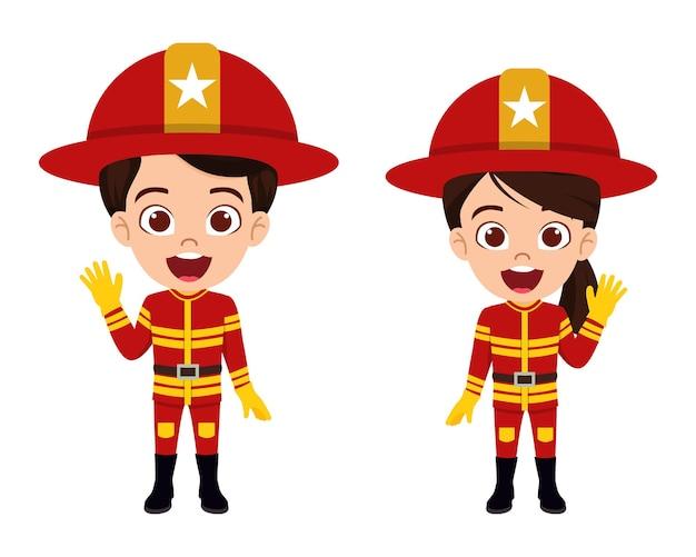 Carattere di vigile del fuoco e vigili del fuoco carino bellissimo ragazzo in piedi e agitando con abiti di servizio antincendio isolati
