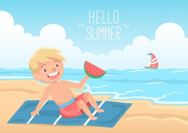 Ragazzo biondo carino sdraiato sulla spiaggia con l'anguria ciao estate