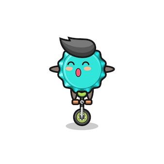 Il simpatico personaggio del tappo di bottiglia sta guidando una bici da circo, un design in stile carino per maglietta, adesivo, elemento logo