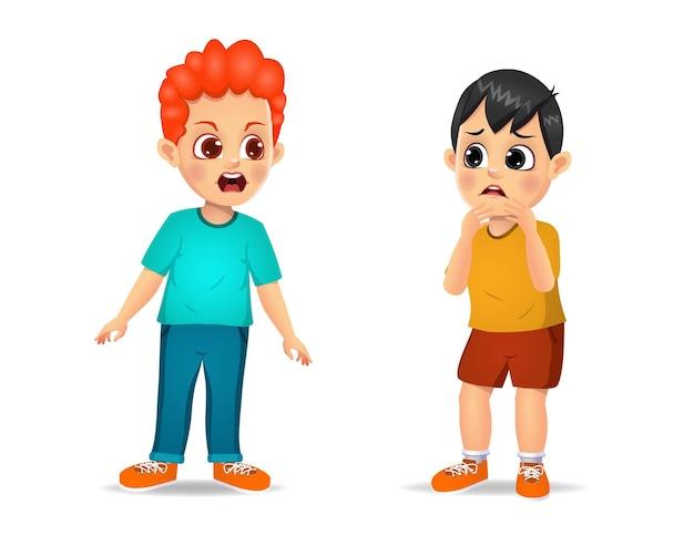 Bambino sveglio del ragazzo arrabbiato e gridare al ragazzino. isolato