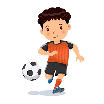 Ragazzo carino che gioca a calcio