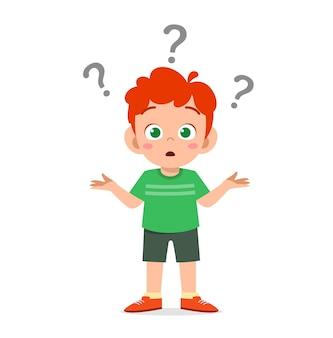 Il ragazzo carino mostra un'espressione confusa con il punto interrogativo