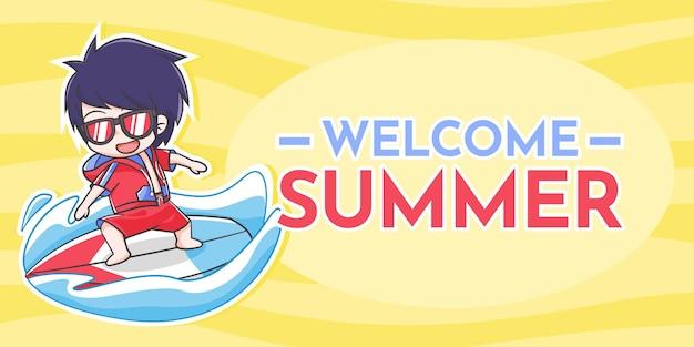 Cartone animato carino ragazzo surf e testo welcome summer su sfondo ondulato giallo chiaro e scuro
