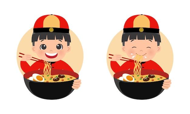 Ragazzo carino in abbigliamento tradizionale cinese che mangia una ciotola di ramen noodle