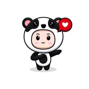 Ragazzo carino che indossa il costume da panda che tiene il cuore per il regalo. illustrazione piatta del personaggio del costume animale