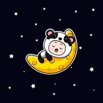 Ragazzo carino che indossa il costume da panda che dorme sulla luna. illustrazione piatta del personaggio del costume animale