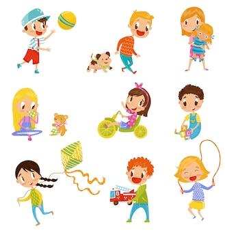 Ragazzi e ragazze svegli che fanno gli sport e che giocano le illustrazioni stabilite su un fondo bianco