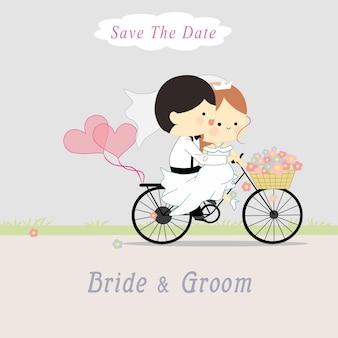 Sposi carini in sella a una bicicletta