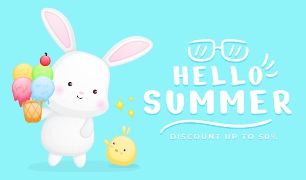 Simpatico coniglietto e pulcini che tengono il gelato con banner di auguri estivi