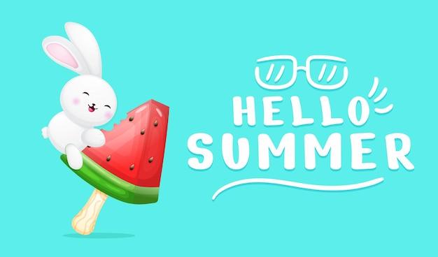 Simpatico coniglietto che abbraccia il gelato all'anguria con banner di auguri estivi