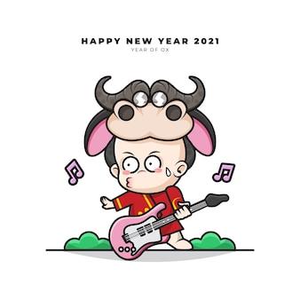 Simpatico personaggio dei cartoni animati di bambino cinese con costume da bue suonava la chitarra e auguri di buon anno