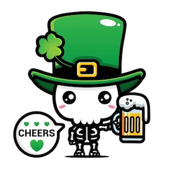 Uno scheletro di leprechaun simpatico cartone animato che sostiene un bicchiere di birra
