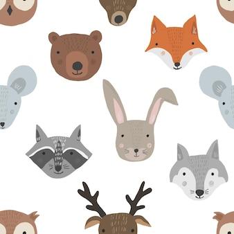 Modello senza cuciture simpatico cartone animato con teste di animali della foresta su sfondo bianco