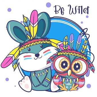 Simpatico cartone animato gufo tribale e coniglio con piume