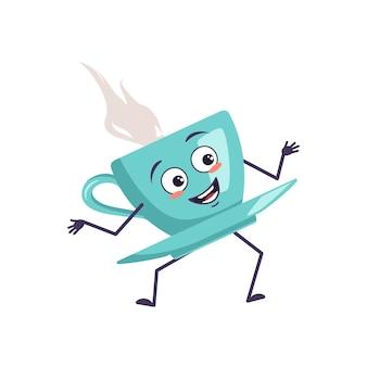 Simpatico personaggio che tiene una tazza di tè con emozioni di gioia, viso sorridente, occhi felici, mani e piedi. una tazza malizioso con un piattino per un caffè. illustrazione piatta vettoriale