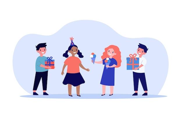 Bambini svegli che festeggiano il compleanno insieme. gelato, regalo, illustrazione vettoriale piatto amico