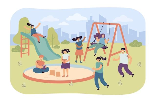 Bambini carini che si divertono nel parco giochi