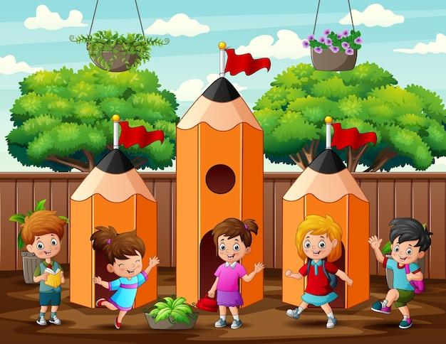 Bambini carini che giocano all'illustrazione della casa delle matite