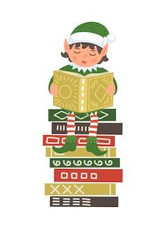 Libro di lettura dell'elfo di natale sveglio sulla pila di libri