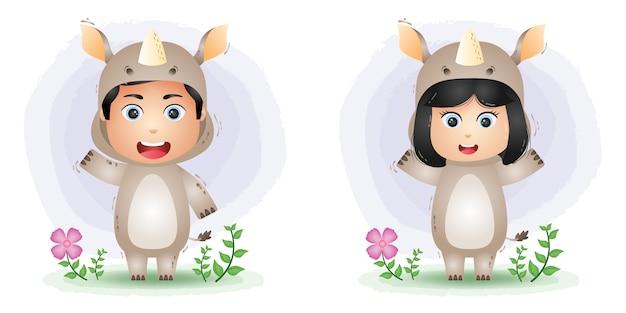 Coppia carina usando il costume di rinoceronte