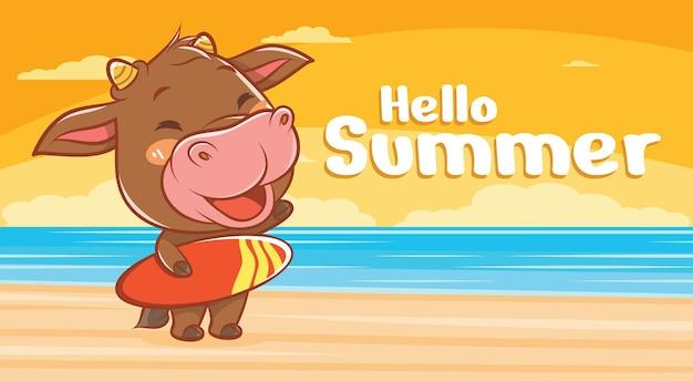 Simpatica mucca che tiene una tavola da surf con uno striscione di auguri estivo