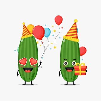 Mascotte di cetriolo carino festeggia il compleanno