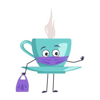 Simpatico personaggio con una tazza di tè con emozioni, viso e maschera mantenere le distanze, mani con borsa della spesa e gesto di arresto. un eroe triste, una tazza con piattino e occhi per un caffè. illustrazione piatta vettoriale