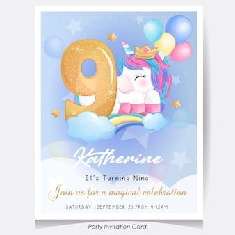 Illustrazione sveglia della carta dell'invito della festa di compleanno dell'unicorno di scarabocchio