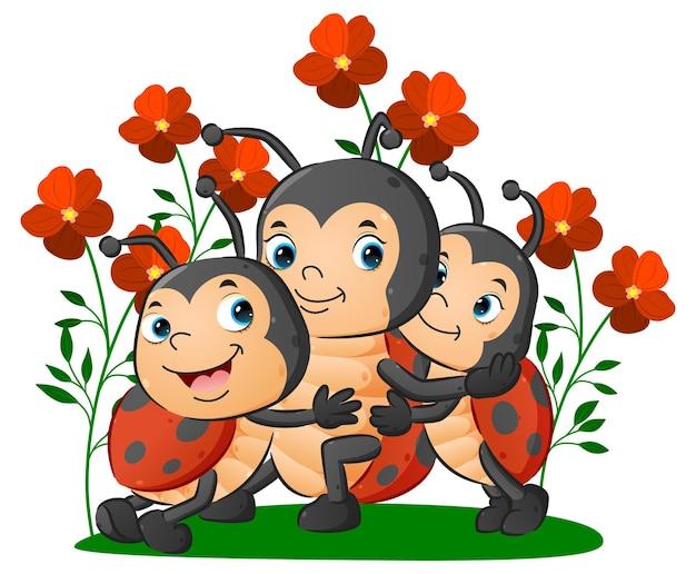 La simpatica famiglia delle coccinelle con i bambini che abbracciano la loro madre di illustrazione