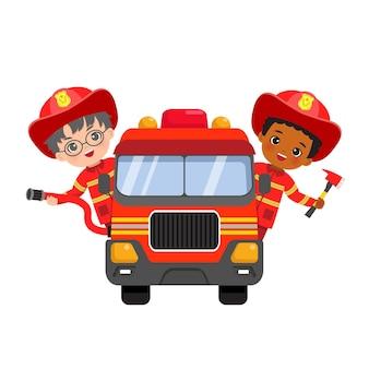Ragazzi simpatici vigili del fuoco in sella a camion dei pompieri con tubo flessibile e ascia.