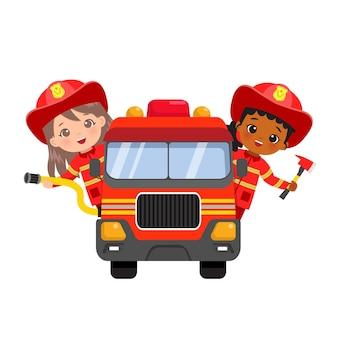 Ragazze sveglie del vigile del fuoco in camion dei pompieri di guida uniforme. piatto