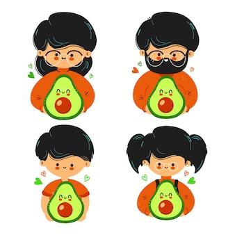La famiglia simpatica e divertente tiene in mano l'avocado