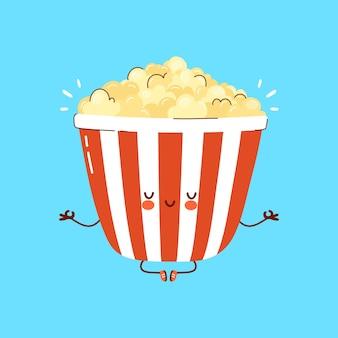 Popcorn divertente sveglio meditare nella posa di yoga. illustrazione di carattere kawaii del fumetto disegnato a mano. isolato su sfondo bianco. popcorn meditare il concetto