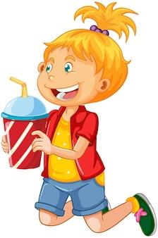 Una ragazza sveglia che tiene il personaggio dei cartoni animati della tazza della bevanda isolata su fondo bianco