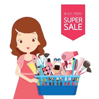Ragazza carina tenendo i cestini della spesa pieni di prodotti per il viso, corpo e capelli