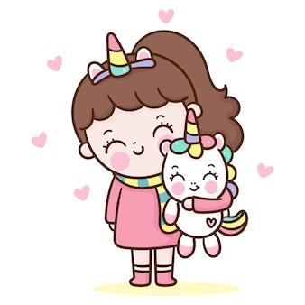 Ragazza carina abbraccio stile kawaii del fumetto di unicorno