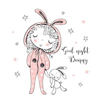 Ragazza carina in pigiama a forma di coniglietto sta per dormire con un giocattolo.