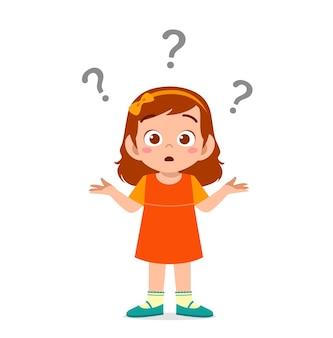 La ragazza carina mostra un'espressione confusa con il punto interrogativo